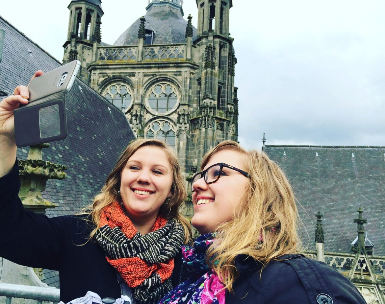 Businesstwins maken selfie op de Sint Jan in 's Hertogenbosch als voorbeeld van inspiratie